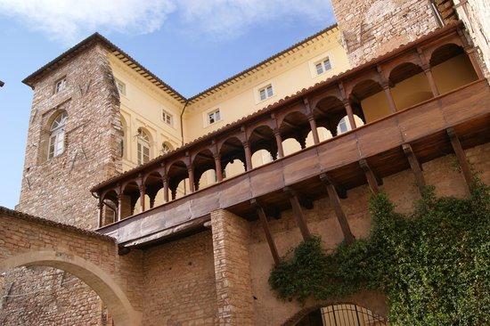 Palazzo comunale casa romana aboutumbria magazine for Casa comunale