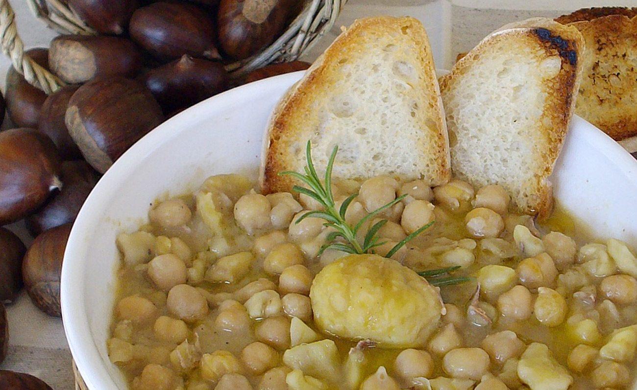 Piatto con zuppa ceci e castagne bruschette e