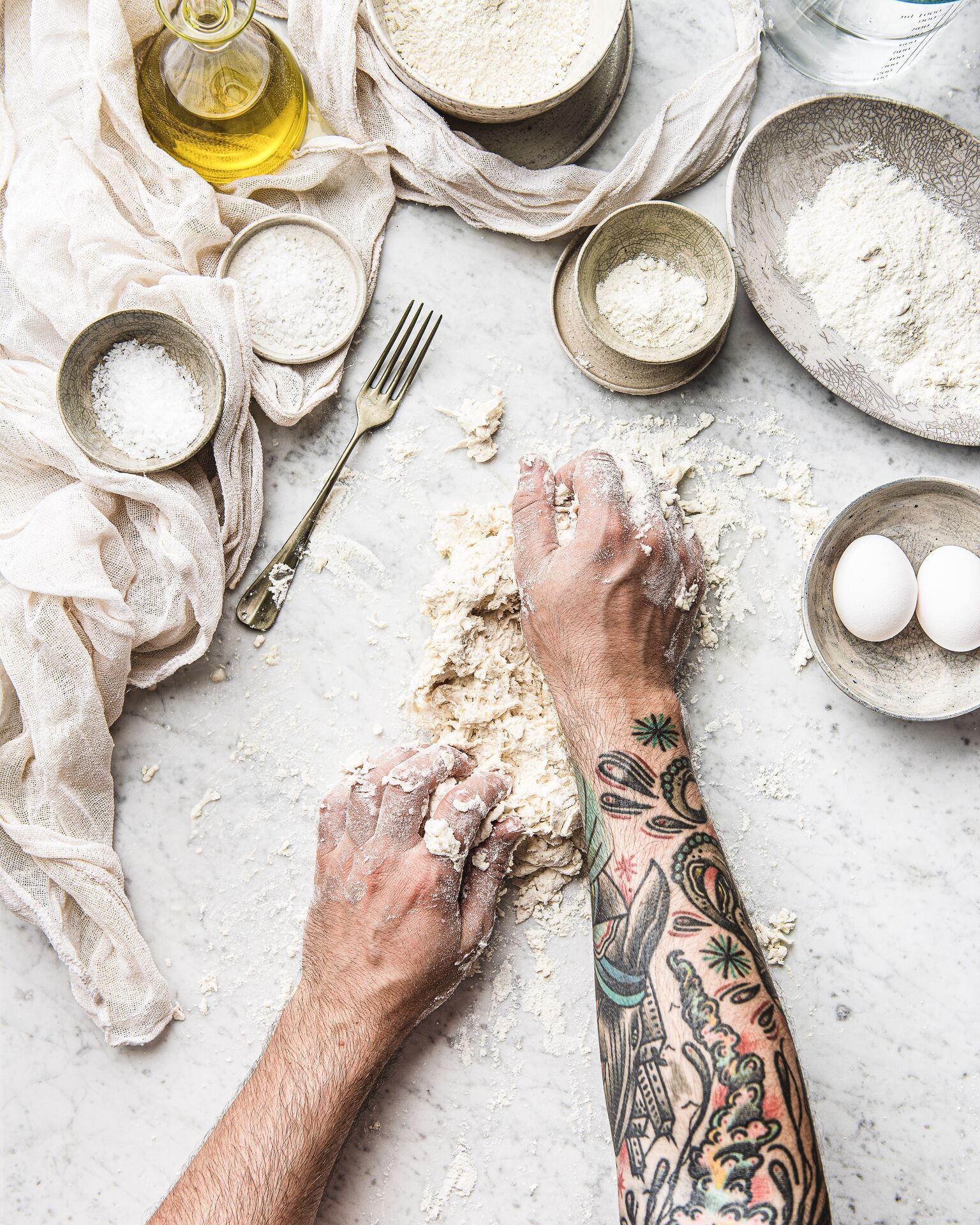mani che fanno la pasta fatta in casa