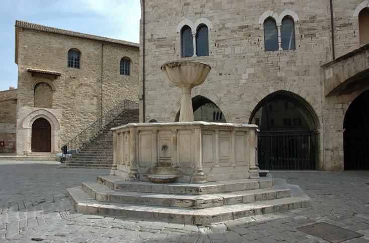 Piazza con fontana a Bevagna