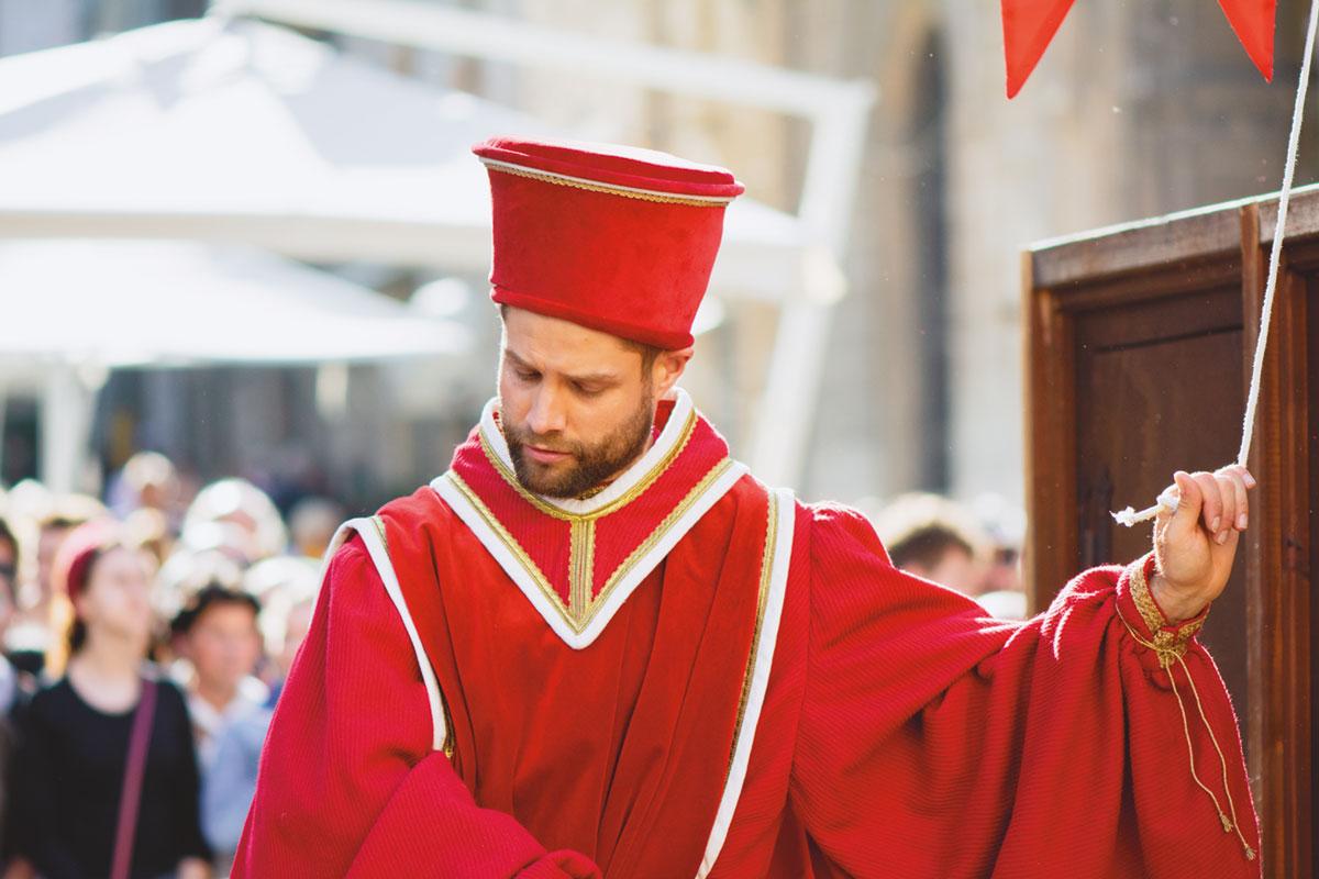 ragazzo in abito d'epoca rosso