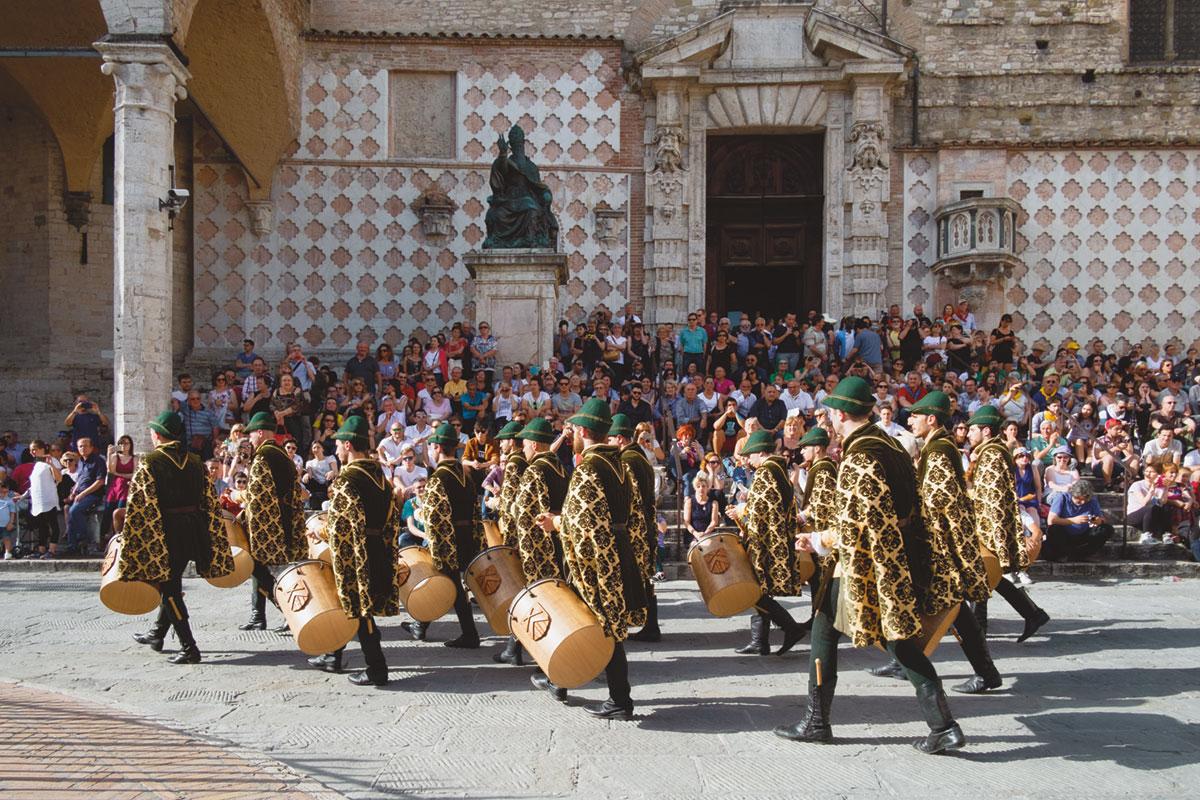tamburini in costume d'epoca sfilano in piazza