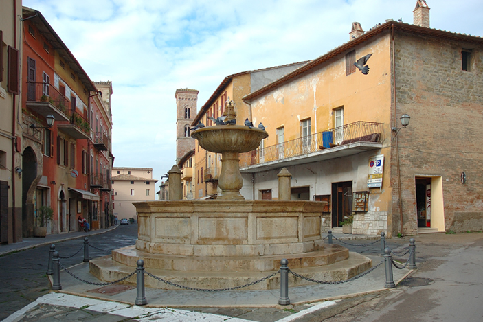 Piazza con fontana di Deruta